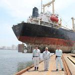 仙台塩釜港の岸壁に乗り上げた韓国籍の大型船舶。