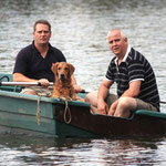 Stefan mit Blake beim Markieren aus dem Boot