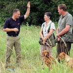 Jörg erklärt Karin und Wolfgang eine Aufgabe