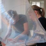 Friedericke Stanger Judith Kaiser beim Befüllen des Heliumkissen
