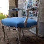 Fauteuil style Louis XV rénové avec un tissu unis sur l'assise et un tissu à motifs sur les manchettes et le dossier - tissus Jean-Paul Gaultier et Lelièvre