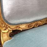 Réfection tissu sur chaise style Louis XV dossier à la Reine - Tissu velours Soft Marble de Decobel - Passementerie Serpentine de Plume & Laine