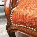 Réfection fauteuil style Louis Philippe : tissu Tweed coloris Brique de Lelièvre Paris et clous décoratif finition oxydé d'Houlès