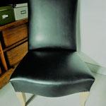 Chauffeuse Anglaise garniture traditionnelle avec simili cuir noir d'Elitis