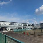 蒲町小学校は、仙台市の中では被害の大きかった若林区にあり、津波も近くまで到達した小学校。校舎は真ん中に亀裂が入り使用できなくなり、仮校舎で授業を行っています。