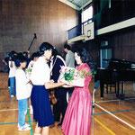 式根島小学校体育館にて