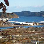 建物がほとんどなくなり、土台だけが残る海岸。