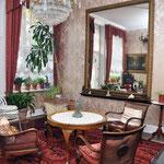 Salon Hotel Grunewald, in dem sich auch das Klavier befindet, an dem Elvis gespielt hat, Digitale Sammlung Museum Bad Nauheim, stellvertretend Beatrix van Ooyen, Foto: Jürgen Wegener, Bad Nauheim
