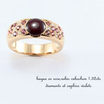 bague or rouge , cabochon rubis, pavage saphirs et diamants