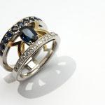bague or blanc palladié, or jaune, diamants et saphirs