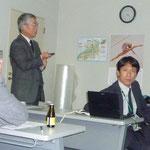 農薬の研究開発を説明される安富氏