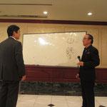 俳句の作り方を徳島県技術士会の増田会長に指導をされる八木健先生。