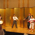 野球拳をする高知県技術士会の右城代表幹事と愛媛県技術士会の高柳会員