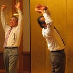 懇親会で野球拳をする四国本部の加賀本部長と香川県技術士会の須賀会長