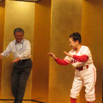 野球拳をする高知県技術士会の明坂事務局長