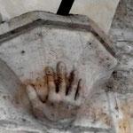 10 capitello a forma di mano