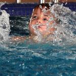 Aktionsfoto für die Himepage einer Schwimmschule für Kinder