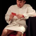 Er liest von einem Zettel