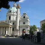 In der Wiener Karlskirche findet der große Showdown am Ende des Romans statt