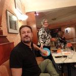Michael Seitz, mein Partner bei der nächsten Lesung, zieht ein Los aus dem Hut