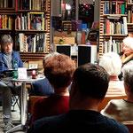 Vor aufmerksamem Publikum lesen wir abwechselnd aus unseren Büchern