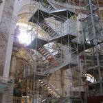 Unmittelbar neben dem Aufzug ist auch eine Fluchttreppe errichtet worden