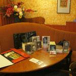 Bilder- und Büchertisch