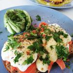 Eggs Benedict mit Lachs und Avocado