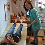 BIA-Messung: Anbringen der Elektroden auf Hand- und Fußrücken