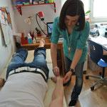 Anbringen der Elektroden auf Hand- und Fußrücken