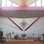 Die Werke von Reinhart auf einen Blick: Altarkreuz, Altar, Altarleuchter, Kanzel, Taufstein und großer Leuchter