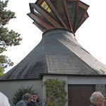 """Christuskirche mit Zeltdach und den sog. """"Hopfenstangen"""""""