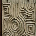 """Stein-Relief am Eingang mit """"Ohr"""""""