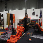 Neda Bevk , Handweberin und Architektin aus Slowenien, zeigt wunderbare handgewebte Schals aus Naturmaterialien