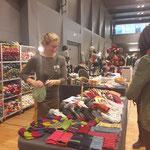 Johanna Singer präsentierte handversponnene pflanzengefärbte Wolle und Seide