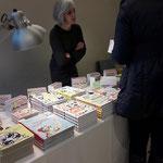Buchautorin und Illustratorin Renate Habinger inmitten ihrer schönen Bücher