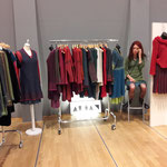 Die deutsche Designerin Arian Schöner kam erstmalig zu KUNST HANDWERK DESIGN  mit ihrer  femininen Strickmode