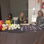Jugendliche zeigten Kindern im Kurzworkshop das Origami-Handwerk