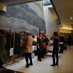 Textildesignerin  Gerda Kohlmayr zeigt Leineng'wand aus österr. Leinenstoffen, Wollwalk-accessoires, kleine und große Filztaschen