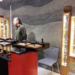 Armin Kolb präsentierte seine künstlerisch gefertigten  Kreisel, auch ein Kreiseltisch lud zum Kreiseln ein....