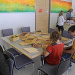 Mandalawerkstatt von Heinz Pamminger,  ganztägig kann man Mandalas aus Holzteilen legen...
