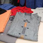 Josef Tresek, tschechischer Designer zeigt Leinenhemden, Leinengewand, Kleidung aus Wollstoffen