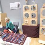 Ursula Parzer zeigt zum 2x in der Burg  ihre netten Papierfiguren und Papierschmuck