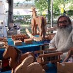 Nach vielen Jahren stellt wieder Jean Luc Lenoble sein Holzspielzeug in der Burg Perchtoldsdorf aus .