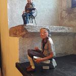 Figuren  aus Pappmachee von Ursula Parzer - saßen in den alten Fensternischen des Festsaals der Burg....