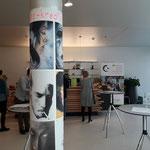 Die Malakademie Perchtoldsdorf präsentierte Plakate mit Porträtdarstellungen an einer Säule im Inneren der Burg