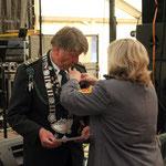 Die 2. Vorsitzende Nadine Abmeyer steckt Siegfried Eggers die Ehrennadel an ©Jürgen Schmidt