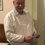 Schießsportleiter Klaus Specht gibt die Ergebnisse bekannt
