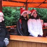 Bratwurststand: v.l. Annika Holzapfel, Linda Großhennig, Mareike Hackbarth