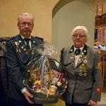 Inge und Wilhelm Abmeyer erhalten ein Dakeschön für Ihre Unterstützung